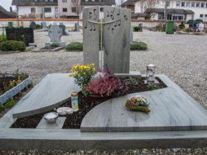 Doppelgrab_Cabernet_Noten_Kreuz - Grabmal - Doppelgräber - Natursteine Schreiner - Allensbach