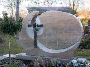 Doppelgrab_Savenna-Beige_Bronze-Kreuz - Grabmal - Doppelgräber - Natursteine Schreiner - Allensbach