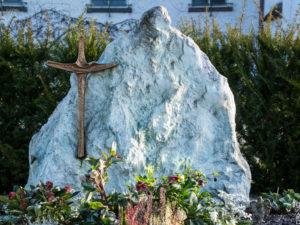 Doppelgrab_Smaragd-Felsen - Grabmal - Doppelgräber - Natursteine Schreiner - Allensbach