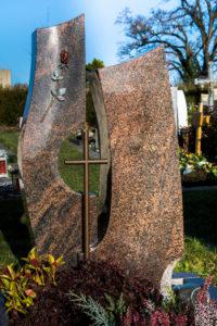Einzelgrab_Aurora_frei_Kreuz - Grabmal - Einzel und Urnengräber - Natursteine Schreiner - Allensbach