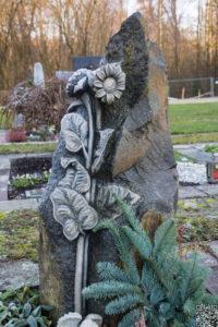 Einzelgrab_Basaltsäule_Sonnenblume - Grabmal - Einzel und Urnengräber - Natursteine Schreiner - Allensbach
