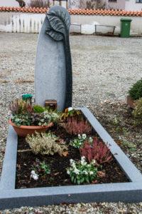 Einzelgrab_Fino-Granit_Blatt_1 - Grabmal - Einzel und Urnengräber - Natursteine Schreiner - Allensbach