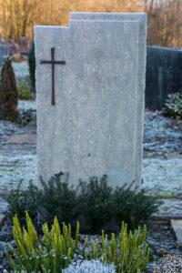 Einzelgrab_Fossil_Kreuz - Grabmal - Einzel und Urnengräber - Natursteine Schreiner - Allensbach