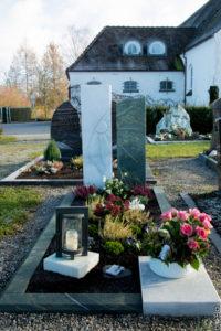 Einzelgrab_Göflaner-Marmor_Dorfer-Grün - Grabmal - Einzel und Urnengräber - Natursteine Schreiner - Allensbach