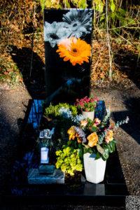 Einzelgrab_Glas_Gerbera_1 - Grabmal - Einzel und Urnengräber - Natursteine Schreiner - Allensbach