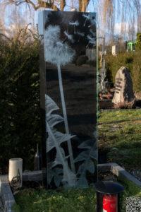 Einzelgrab_Nero-Asseluto_Glas_Pusteblume - Grabmal - Einzel und Urnengräber - Natursteine Schreiner - Allensbach