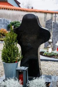 Einzelgrab_Nero-Asseluto_Kreuz - Grabmal - Einzel und Urnengräber - Natursteine Schreiner - Allensbach
