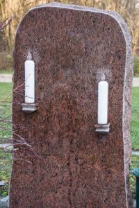 Einzelgrab_Vanga_Kerzen - Grabmal - Einzel und Urnengräber - Natursteine Schreiner - Allensbach