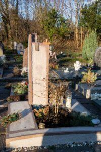 Urnengrab_Ambra-Dorata_Stele - Grabmal - Einzel und Urnengräber - Natursteine Schreiner - Allensbach