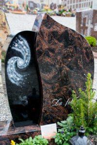 Urnengrab_Aruba_Nero-Asseluto_Galaxie - Grabmal - Einzel und Urnengräber - Natursteine Schreiner - Allensbach