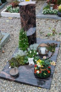 Urnengrab_Aruba_Säule - Grabmal - Einzel und Urnengräber - Natursteine Schreiner - Allensbach