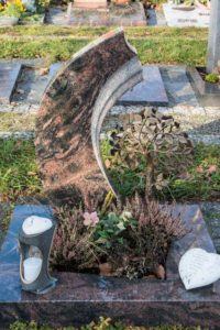 Urnengrab_Aruba_frei_Lebensbaum - Grabmal - Einzel und Urnengräber - Natursteine Schreiner - Allensbach
