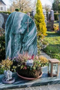Urnengrab_Atlantis_Kreuz - Grabmal - Einzel und Urnengräber - Natursteine Schreiner - Allensbach