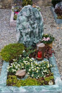 Urnengrab_Atlantis_Schrift_1 - Grabmal - Einzel und Urnengräber - Natursteine Schreiner - Allensbach