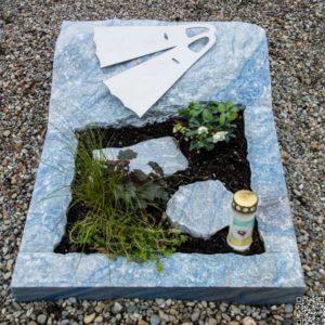 Urnengrab_Azul_Flossen- Grabmal-Urnen und Wiesengräber-Natursteine Schreiner-Allensbach