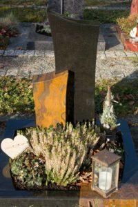 Urnengrab_Jaspis_Nero-Asseluto - Grabmal - Einzel und Urnengräber - Natursteine Schreiner - Allensbach