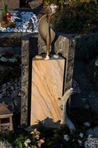 Urnengrab_Matrix_Bogenfels_1 - Grabmal - Einzel und Urnengräber - Natursteine Schreiner - Allensbach