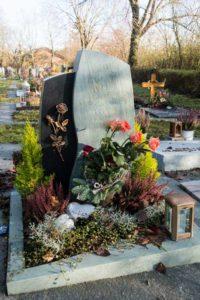 Urnengrab_Nero-Asseluto_Dorfer-Grün - Grabmal - Einzel und Urnengräber - Natursteine Schreiner - Allensbach