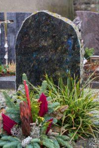 Urnengrab_Opal_Schrift_1 - Grabmal - Einzel und Urnengräber - Natursteine Schreiner - Allensbach