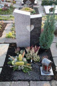 Urnengrab_Orion_Dunkel-Hell_Herz - Grabmal - Einzel und Urnengräber - Natursteine Schreiner - Allensbach
