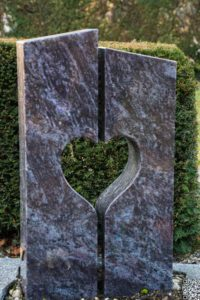 Urnengrab_Orion_Herz-Durchbruch - Grabmal - Einzel und Urnengräber - Natursteine Schreiner - Allensbach