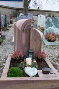 Urnengrab_Ravena_Regenbogen - Grabmal - Einzel und Urnengräber - Natursteine Schreiner - Allensbach