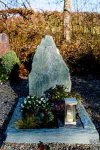 Urnengrab_Serpentin_Getrommelt - Grabmal - Einzel und Urnengräber - Natursteine Schreiner - Allensbach