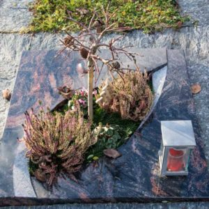 Urnenliegeplatte_Aruba_Durchbruch- Grabmal-Urnen und Wiesengräber-Natursteine Schreiner-Allensbach
