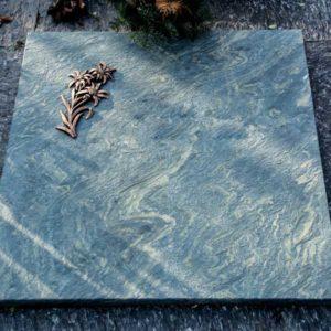 Urnenliegeplatte_Dorfer-Grün_Edelweiss- Grabmal-Urnen und Wiesengräber-Natursteine Schreiner-Allensbach