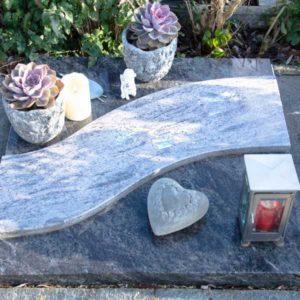 Urnenliegeplatte_Orion-Dunkel_Orion-Hell- Grabmal-Urnen und Wiesengräber-Natursteine Schreiner-Allensbach