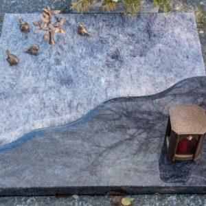 Urnenliegeplatte_Orion-Dunkel_Orion-Hell_Welle- Grabmal-Urnen und Wiesengräber-Natursteine Schreiner-Allensbach