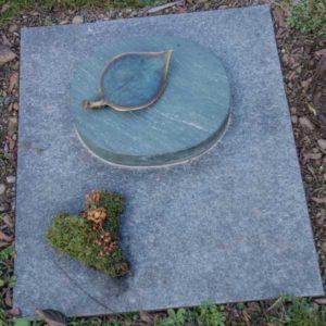 Urnenwiesengrab_Dorfer-Grün_Bronzeblatt- Grabmal-Urnen und Wiesengräber-Natursteine Schreiner-Allensbach