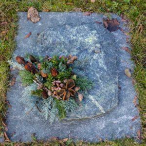 Urnenwiesengrab_Tauern-Grün- Grabmal-Urnen und Wiesengräber-Natursteine Schreiner-Allensbach