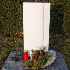 Wiesengrab_Göflaner-Marmor- Grabmal-Urnen und Wiesengräber-Natursteine Schreiner-Allensbach